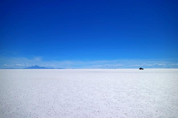 南アメリカ、ボリビアのウユニ塩原または世界最大の塩原