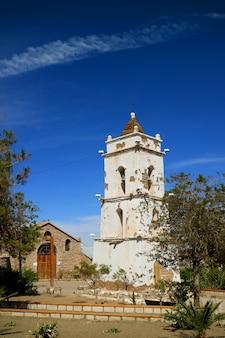 聖ルーカス教会とトコナオ、サンペドロデアタカマ、チリの町の鐘楼