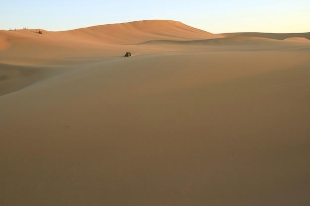 Люди наслаждаются багги в огромной пустыне уакачина, ика, перу, южная америка.