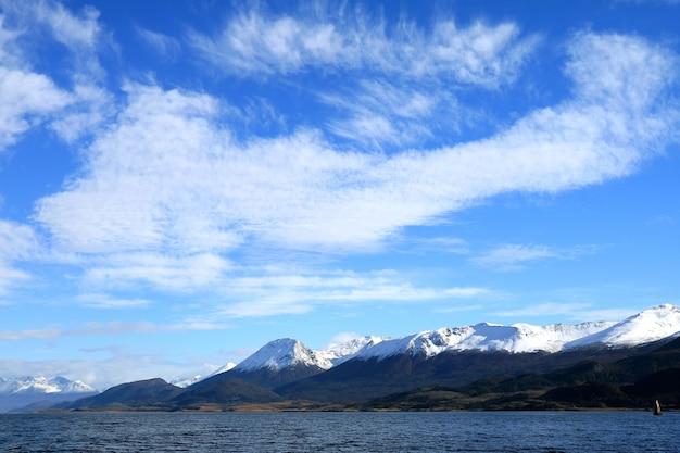 アルゼンチン、ウシュアイア、ビーグル海峡に沿って雪をかぶった山脈の素晴らしい景色