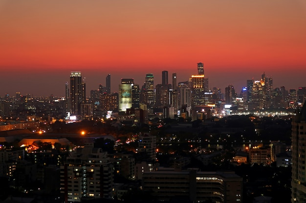 Невероятное небо с закатом послесвечения над небоскребами в центре бангкока, таиланд