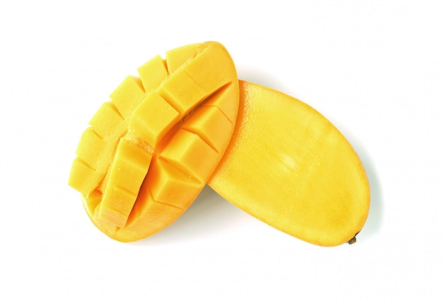 新鮮で熟したマンゴーを半分にカットし、白で隔離されるクロスカット