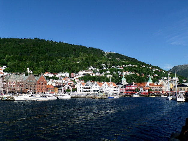 ベルゲン港と真夏の晴れた日、ベルゲン、ノルウェーの旧市街