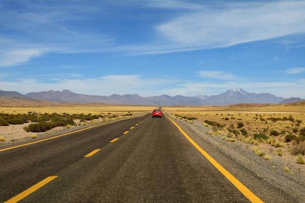 南アメリカ、チリ北部のアタカマ砂漠の標高の高い砂漠の道を運転