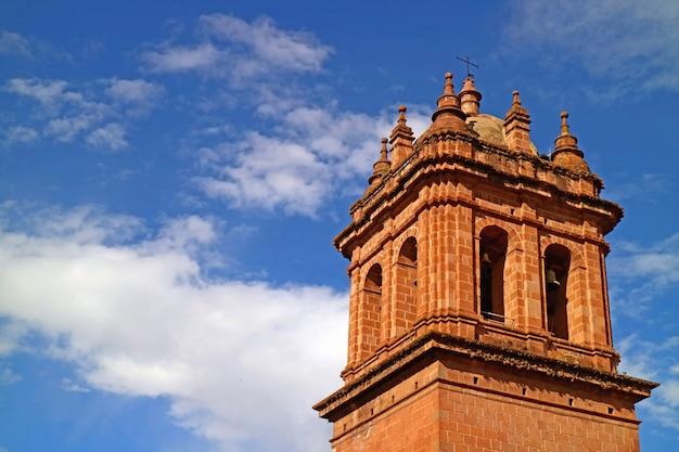 晴天に対する聖母被昇天大聖堂の鐘楼