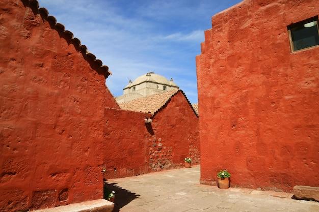 サンタカタリナ修道院、アレキパ、ペルーの修道女の住居の色鮮やかなオレンジ色の赤