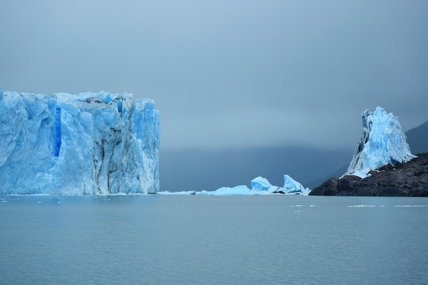 アルゼンチン湖、パタゴニア、アルゼンチンのペリトモレノ氷河の巨大な氷河の壁