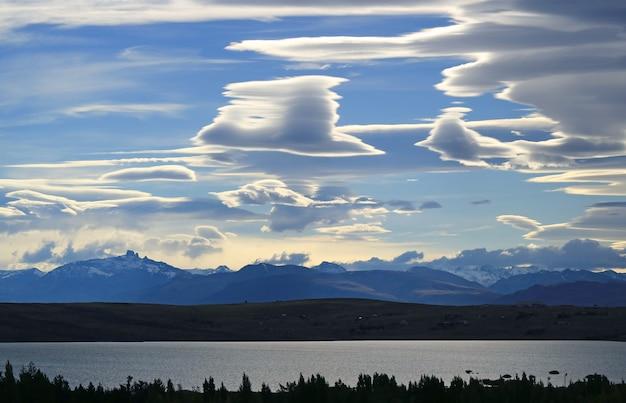 アルゼンチン、パタゴニア、エルカラファテのアルゼンチン湖の夕方の空にレンズ雲のビュー
