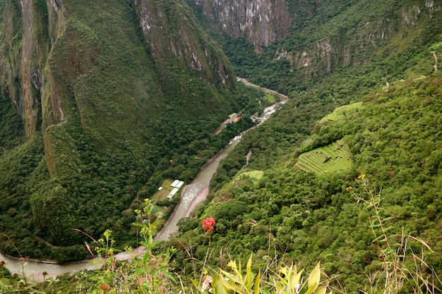 Вид с воздуха на город агуас-кальентес и реку урубамба с горы уайна-пикчу, мачу-пикчу, перу