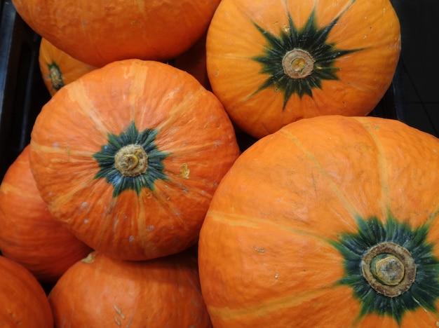 鮮やかなオレンジ色のカボチャのヒープ