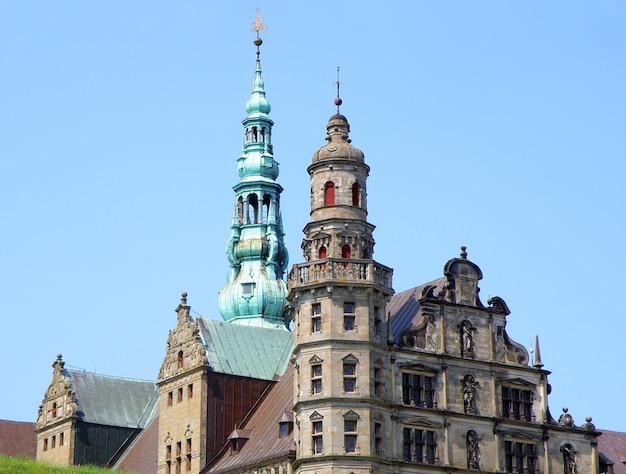 豪華な装飾が施されたタワーとヘルシンゲルのクロンボーのファサード