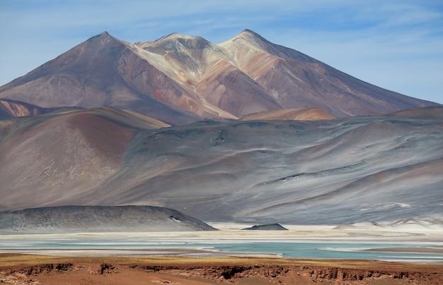チリ、アタカマ砂漠、サラーデタラールソルトレイクのある美しいセロメダノ山