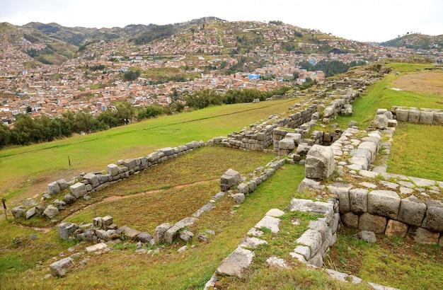 サクサイワマン古代インカの要塞、チウソ、ペルーから見たクスコ市の空撮