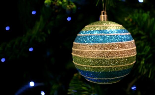 Многоцветный шариковый орнамент на сверкающей елке