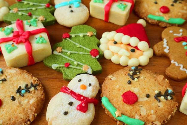 カラフルなおいしいクリスマスクッキーとジンジャーブレッド