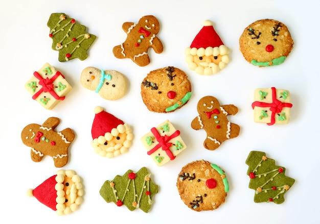 分離されたクリスマスクッキーのセットのトップビュー