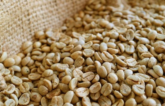 黄麻布の袋に焙煎されていないコーヒー豆の山