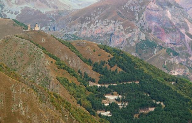 ジョージアの丘の上にあるゲルゲティトリニティ教会につながるヘアピンカーブロード