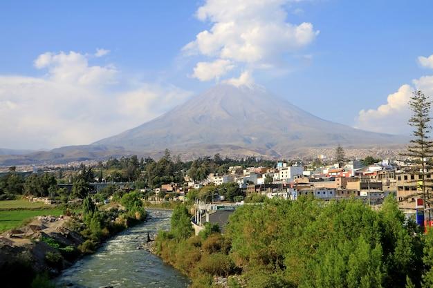Панорамный вид на вулкан мисти и реку чили в городе арекипа