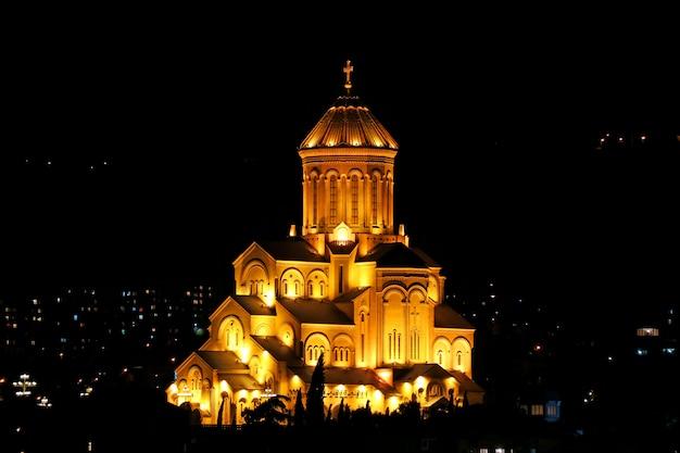 夜、トビリシ、ジョージア州のトビリシの聖三位一体大聖堂の息をのむビュー