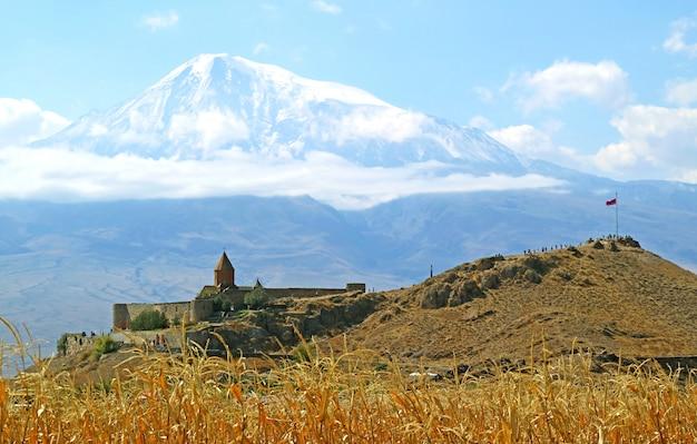 Потрясающий вид на монастырь хор вирап с горы арарат в армении