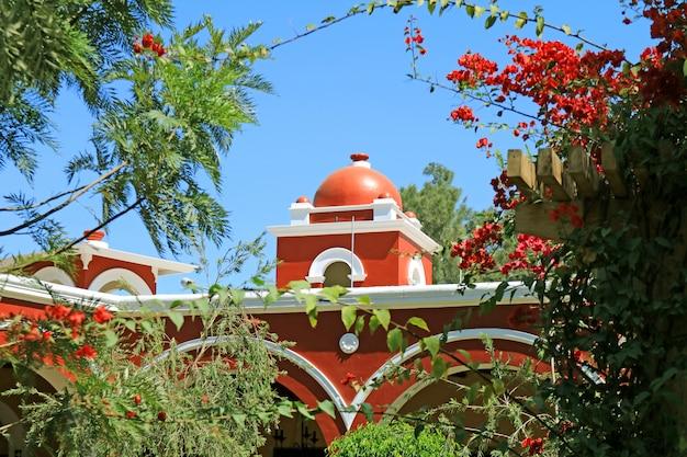 Красно-белый купол старинного перуанского здания, оазис уакачина, регион ика, перу