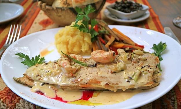 Аппетитная форель на сковороде со сливочным креветочным соусом
