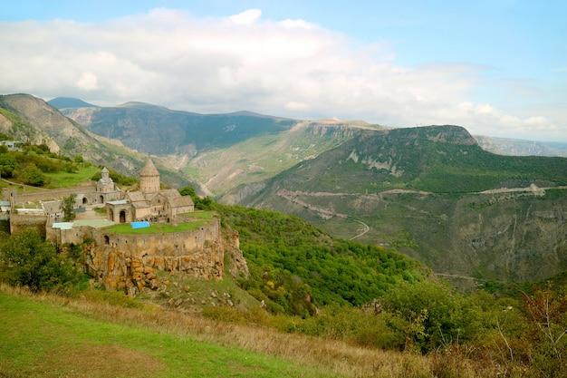 南アルメニアのシュニク地方のタテウ修道院の全景航空写真