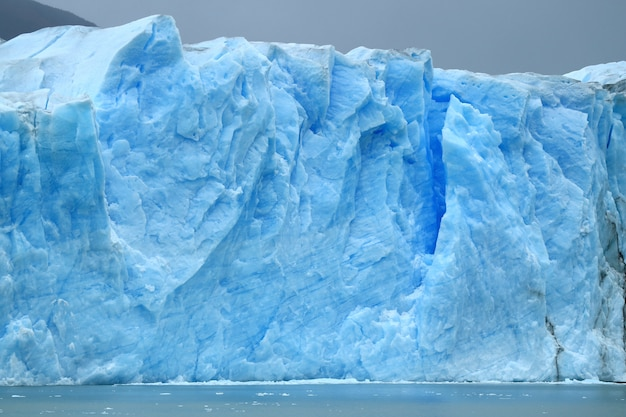 Массивная ледниковая стена ледника перито морено, эль калафате, патагония, аргентина