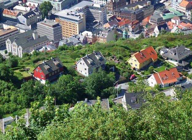 印象的な市内中心部と山の丘の中腹にカラフルな家。ベルゲン、ホルダラン県、ノルウェーのフロイエン