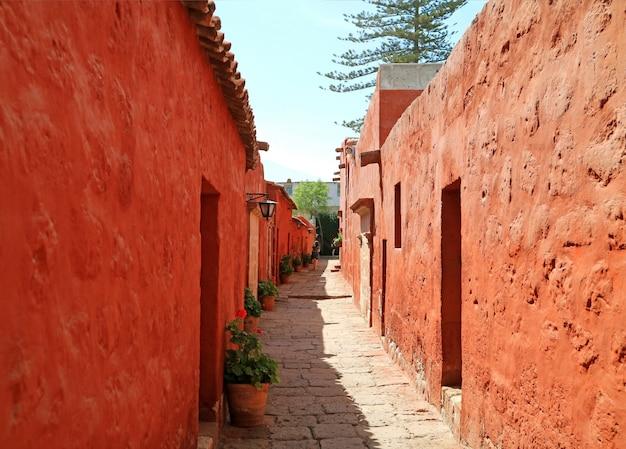 Узкая каменная дорожка внутри монастыря санта-каталина, объект всемирного наследия юнеско в арекипе, перу