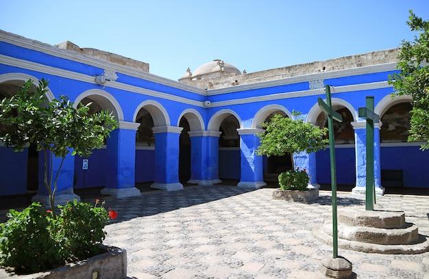 サンタカタリナ(聖カタリナ)修道院、アレキパ、ペルーの回廊の鮮やかな青いアーチ