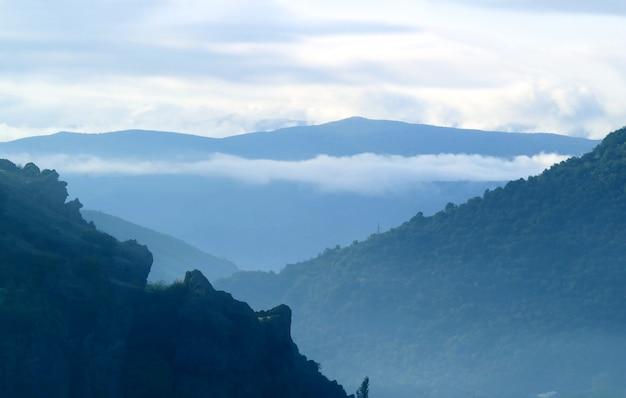 アルメニアのシュニク地方、ゴリスの朝の霧の美しい山脈