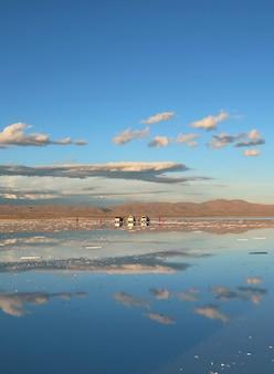 Зеркальный эффект в уюни солт флэтс или салар де уюни из боливии, южная америка