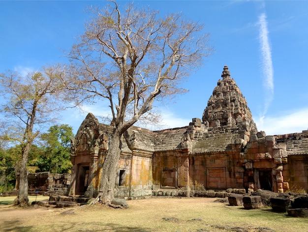 Впечатляющий древний кхмерский храм прасат хин фаном рунг под ярким голубым небом, таиланд