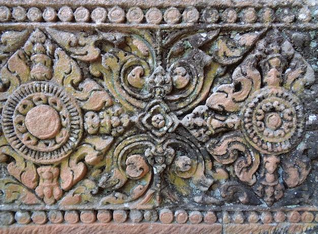 Образец средневековой резной каменной стены в древнем прасат хин фаном рунг, таиланд