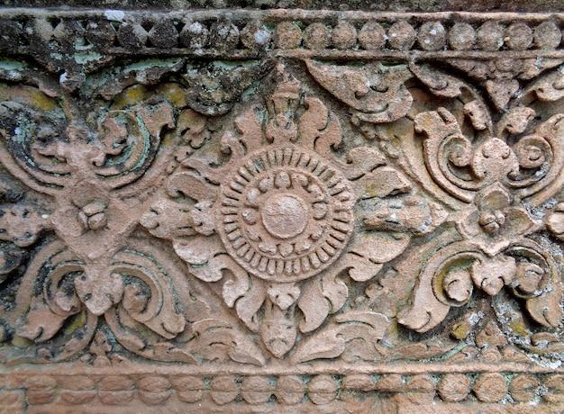 Образец средневековой резной грубой стены из песчаника в прасат хин фаном рунг, таиланд