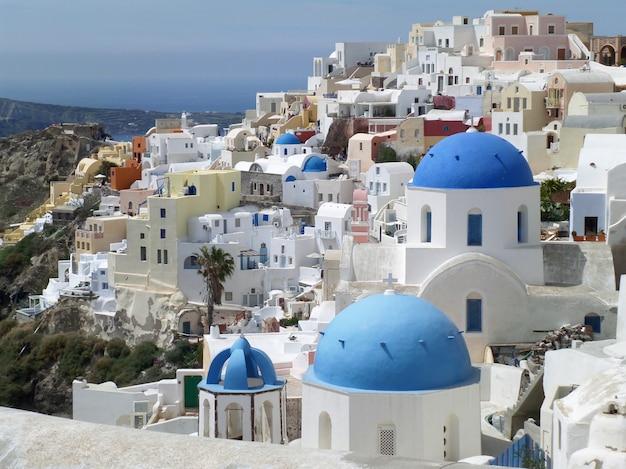 ギリシャ、サントリーニ島、イアの村でギリシャの島々スタイル白と青の教会