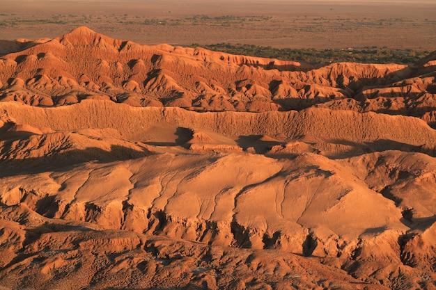 日没、アタカマ砂漠、サンペドロアタカマ、チリの間にムーンバレー
