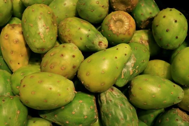 チリのサンティアゴのスーパーでの販売のための緑のノパルサボテンの果実の山