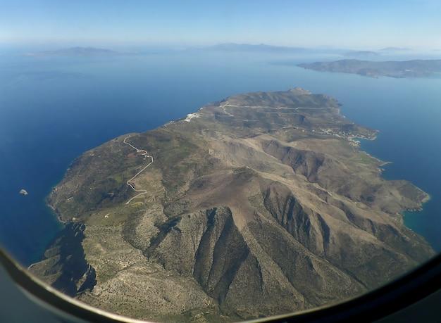 Удивительный вид с воздуха острова санторини, как видно из окна самолета перед посадкой, греция