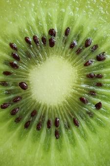 緑の新鮮でジューシーなキウイフルーツの断面のマクロ撮影