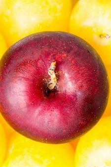 農民市場で熟したジューシーな有機黄赤梅の山。