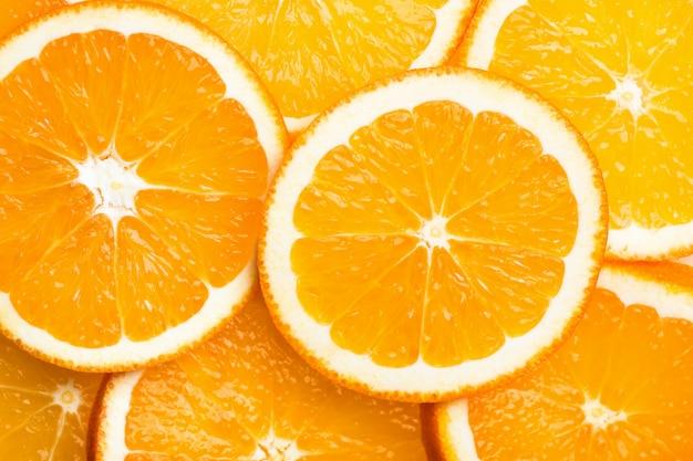熟したジューシーな有機オレンジのラウンドカットスライス。