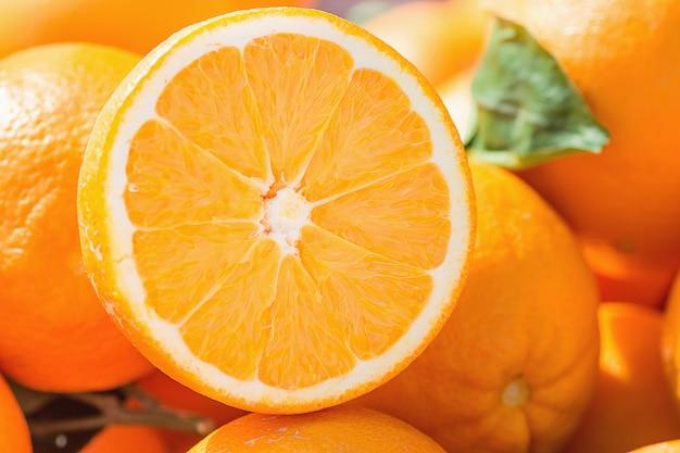 農民市場で熟した有機オレンジの山。