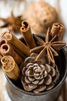 Рождественская выпечка ингредиенты корица анис звезда грецкие орехи гвоздика сосновая шишка