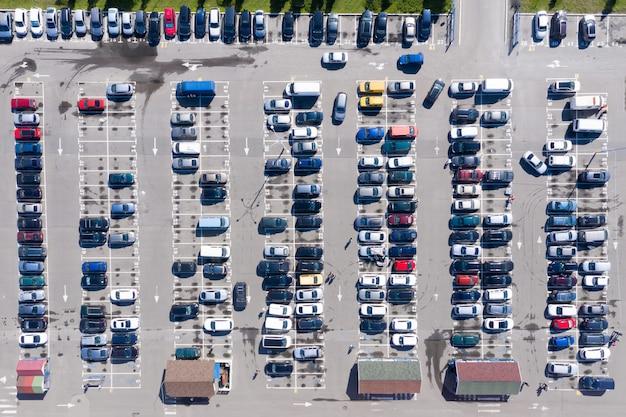 ショッピングモールの近くにある、満車の駐車場の空中写真
