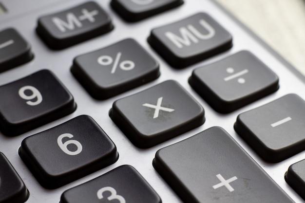 キーボード電卓のクローズアップ。経済金融ローン担保抵当貸付金利の事業コンセプト。