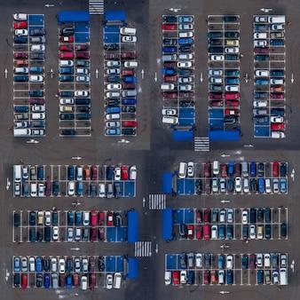 Квадратный воздушный вид сверху на стоянку автомобилей. автостоянка, вид сверху, автомобили припаркованы на открытой парковке возле рыночных мест.