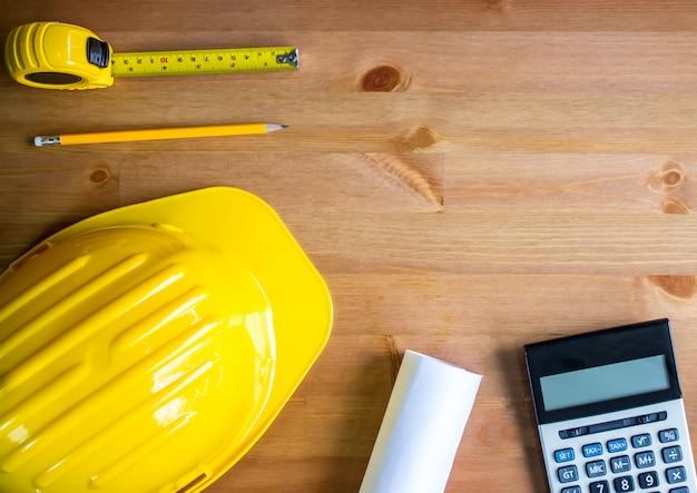 デザイナーの帽子、鉛筆、テープ、青写真、電卓、木製テーブルトップ、トップビュー、スペースをコピーする